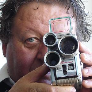 Peter Wintonick derrière une caméra.