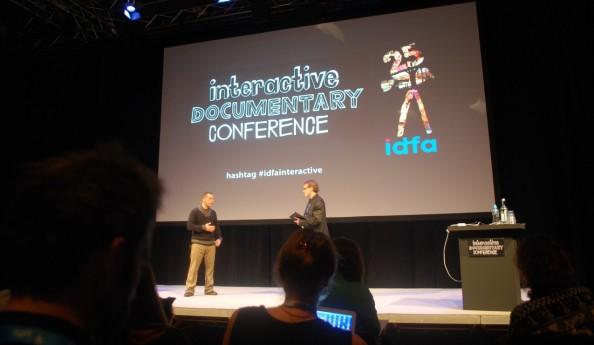 A gauche, Daniel Burwen (Cognito Films), au début de la conférence.