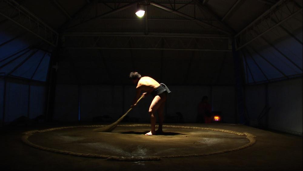 Takuya sweeping dohyo